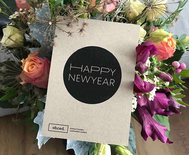 "Little pleasure, unexpectedly different: The abced® motif ""Happy new year"" as a postcard to flowers."